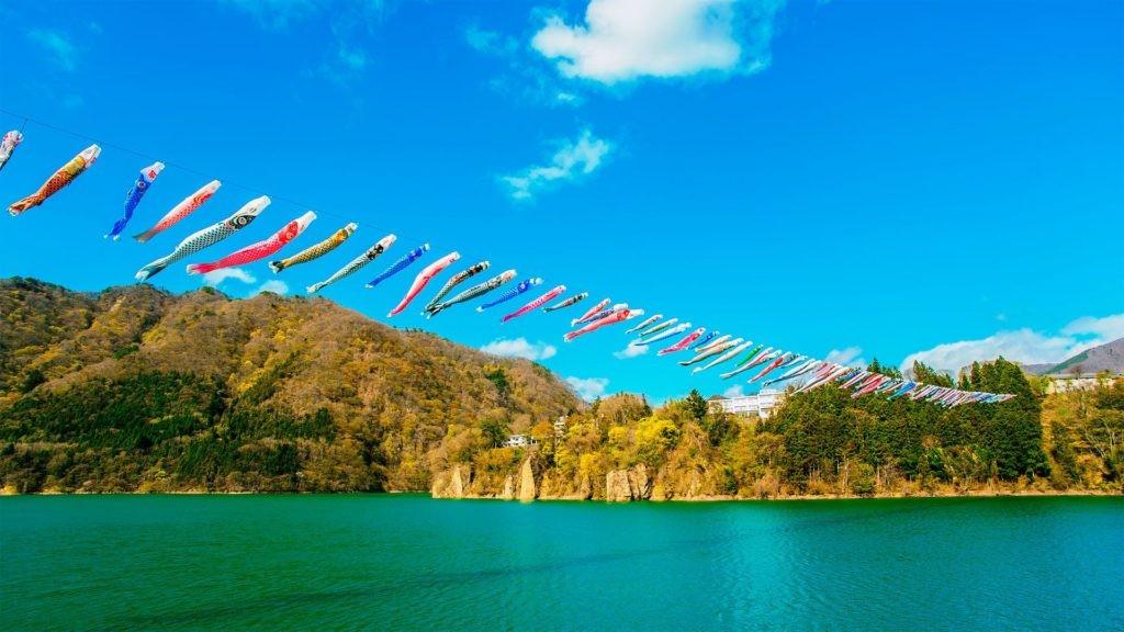 【群馬県 赤谷湖 鯉のぼり】、経済産業省、クリエイティブ・コモンズ・ライセンス 表示4.0 国際